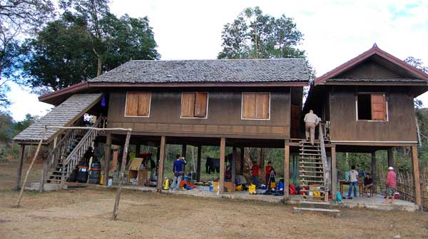 Case pe piloni in Laos