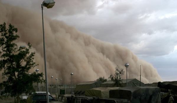 Furtuna de praf in Desertul Arabiei