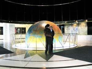 The giant globe in the lobby of The News Building in New York City 300x225 Globul pamantesc